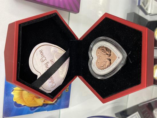 """Picture of Монета в виде сердца  """" Празднование любви - Лебеди """""""